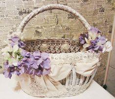 Красивая пасхальная корзина: идеи оформления Wedding Gift Baskets, Wedding Gift Wrapping, Flower Girl Basket, Flower Boxes, Decor Crafts, Diy And Crafts, Wedding Dress Hanger, Fruit Gifts, Plastic Baskets