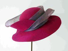 Hoeden kijken in Museum de Kantfabriek is een duo-expositie van hoeden die ministers en kamerleden hebben gedragen op Prinsjesdag 2015 en hoeden die gemaakt