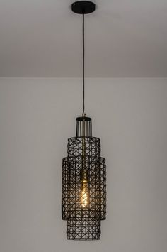 Artikel 73275 Deze hanglamp heeft een retro vormgeving welke modern en industrieel is uitgevoerd. De twee korven zijn opengewerkt en lijken in elkaar te schuiven. De messingkleurige fitting zorgt voor een sfeervol geheel. Zeker in combinatie met een heldere led lichtbron komt dit sfeervolle effect goed tot zijn recht. Decor, Retro, Interior, Lighting, Lamp, Ceiling Lights, Modern, Home Decor, Pendant Light
