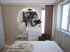 Návrh interiéru bytu Romantika v akcii, pohľad na posteľ a zrkadlo v spálni Oversized Mirror, Vanity, Curtains, Furniture, Home Decor, Nostalgia, Dressing Tables, Powder Room, Blinds