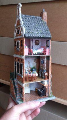 grachtenpandje | eMBee kunstwerken (jt/ visit for more pics of this charming little dolls house)
