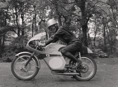 Japanese rider on motorcycle (possibly from Suzuki) - Photographic Archive - iMuseum Retro Motorcycle, The Old Days, Road Racing, Black And White Pictures, Old Photos, Cars And Motorcycles, Retro Vintage, Old Things, Museum