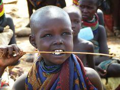 Imani pertenece a una tribu seminómada de los Turkana. Su día a día transcurre entre el ganado. Su ruta: la necesaria para encontrar agua para su familia y que las cabras y camellos de su padre puedan beber.  ¿No sería todo mucho más fácil con un pozo?