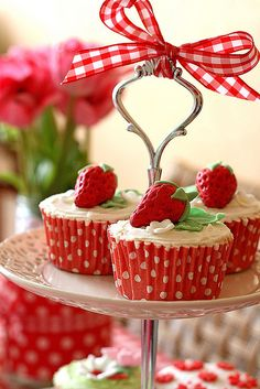 Makes me smile to see a beribboned compote that's filled with strawberry cupcakes. Love the dotted liners.