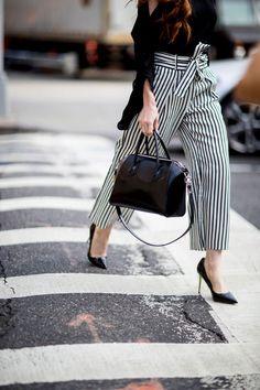 Street fashion: buty i akcesoria gości na pokazach SS17