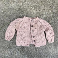 Knitting for Olive: OLIVECARDIGAN strikkeopskrift - BLUSER OG TRØJER - Garnhimlen Kids Knitting Patterns, Lace Patterns, Knitting For Kids, Knit Baby Sweaters, Girls Sweaters, Cardigans, Toddler Cardigan, Fall Knitting, Ruffle Romper