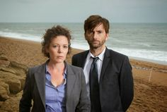 The first season of the UK drama Broadchurch starring David Tennant and Olivia Colman is now available for German viewers to stream via . Broadchurch Season 1, Doctor Who Cast, Star David, France 2, Writing Styles, David Tennant, Dr Who, Best Tv, Tv Series