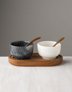 Accentuate your table with these two bowls in white and grey marble for salt and pepper.