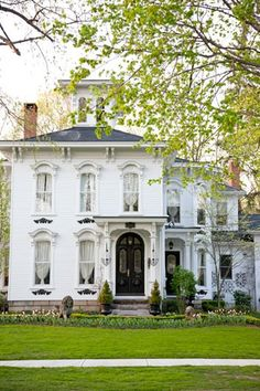 Exterior Paint Colors - You want a fresh new look for exterior of your home? Get inspired for your next exterior painting project with our color gallery. All About Best Home Exterior Paint Color Ideas Mansion Homes, Front Door Design, White Houses, Historic Homes, Victorian Homes, Vintage Homes, Victorian Interiors, Home Design, Old Houses
