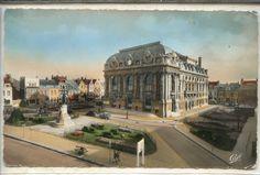 Calais : son théâtre et la statue de Joseph Jacquard. Calais doit une partie de sa renommée mondiale dans l'industrie de la dentelle au Lyonnais Joseph Jacquard (1752-1834), inventeur d'un mécanisme de reproduction programmée sur des cartons perforés, qui permet de restituer les motifs complexes d'un dessin.