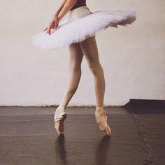 My life = BALLET! My favorite/most inspiring ballet dancers: Maria Kotchetkova, Marianela Nuñez, Alina Cojocaru, Mara Vinson and Jeffrey Cirio! Ballet Feet, Ballet Dancers, Ballet Shoes, Toe Shoes, Dance Photos, Dance Pictures, Famous Ballets, Modern Hepburn, Ballet Photography