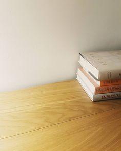 """""""Jak będziesz wrzucał to zdjęcie na instagrama to nie zapomnij napisać że to MOJE książki"""" - @missizaa   #evicted #niemoje #czytam #terazczytam #książka #książki #vscopoland #vzcopoland #books #book #read #reading #reader #instagood #vscocam #poniedziałek #minimal #wood #minimalizm #światło"""