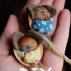 DIY and video for making these adorable hazelnut mice! Great craft to get involved … - Diy Craft Ideas Easy Fall Crafts, Christmas Crafts, Diy Crafts, Christmas Ornaments, Autumn Activities For Kids, Crafts For Kids, Walnut Shell Crafts, Natal Diy, Mouse Crafts