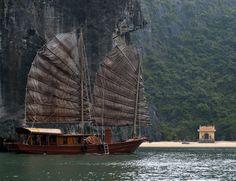 Viajar en barco por la bahía de Halong en Vietnam