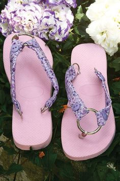 Sewing diy flip flop ideas fabric scraps pink purple floral pattern Do You Want Your Children to Be Flip Flops Diy, Flip Flop Craft, Crochet Flip Flops, Crochet Sandals, Crochet Shoes, Flip Flop Slippers, Flip Flop Shoes, Chinelos Flip Flop, Shoe Makeover