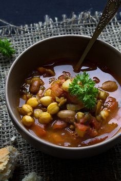 JORDAANSE KIKKERERWTENSOEP MET KANEEL, KORIANDER EN CITROEN - MAKKELIJK & GEZOND! ● Dit recept is echt heel eenvoudig en het soepje zelf is ab-so-luut yummie! Zo maak je Jordaanse kikkererwtensoep... Recept >> http://hallosunny.blogspot.nl/2016/03/jordaanse-kikkererwtensoep.html