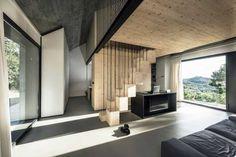 Na poschodie vedie schodisko, tvorené z drevených boxov, ktoré zároveň slúžia ako odkladací priestor.