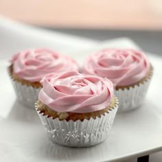 White Chocolate Raspberry Cupcakes #easy #cupcakerecipes