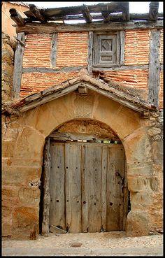 one of the many interesting doors in Calatañazor (Spain) Cool Doors, Unique Doors, Porte Cochere, Porches, When One Door Closes, Grades, Door Gate, Spanish House, Closed Doors