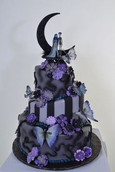 Nightmare Before Christmas Wedding Cake. image: HappyWedd.com