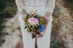 Maravillosos ramos de novia donde flores diferentes se mezclan creando belleza y elegancia.