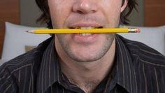Remède de grand mère  Mordre un crayon pour enlever un maux de tête En plaçant un crayon entre les dents, sans le serrer, nous détendons nos muscles de la mâchoire, ce qui élimine les tensions et réduit la douleur. Sachez que ce remède fonctionne uniquement pour les maux de tête. Il n'a pas d'effet sur les migraines ou maux de tête causées par des sinus congestionnés.