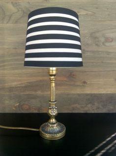 Lámpara antigua de mesa, de bronce con la pantalla de rayas. Luniqueblog.com