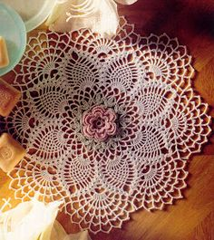 Love the rose placed in the center. Beautiful!Free crochet rose pineapple doily pattern.