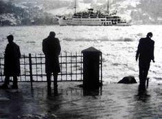 1954'te Tuna nehrinden gelen buz parçalarıyla kaplanan İstanbul Boğazı'nı izleyenler. Yesterday And Today, Istanbul Turkey, People Photography, Once Upon A Time, Twitter, Old Photos, Monochrome, Boat, Black And White