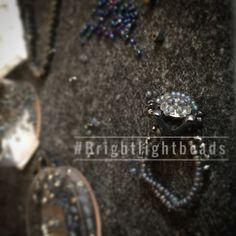 Prongsetting Ring/bead/beaded ring/beadart/beadeork/beading/brightlightbeads Beaded Rings, Beaded Jewelry, Swarovski, Schmuck Design, Diamond Earrings, Beads, Pearl Decorations, Neck Chain, Handmade