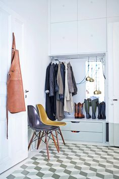 Hallsystem från IKEA http://elledecoration.se/sa-blev-hemmet-ett-platsbyggt-paradis/
