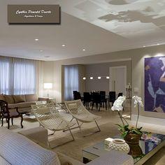 Living integrado com a sala de jantar ampliando o espaço, com cores claras dando leveza ao ambiente, deixando as telas darem o tom.