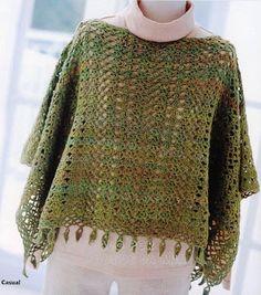 Dois ponchos de crochê semelhantes