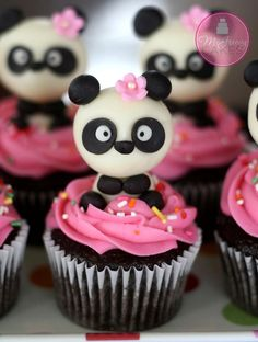 Panda Cupcakes -- with cute panda, pink icing and pink flower Panda Cupcakes, Animal Cupcakes, Cute Cupcakes, Cupcake Cookies, Oreo Cupcakes, Cupcake Toppers, Girl Cupcakes, Fondant Cupcakes, Köstliche Desserts