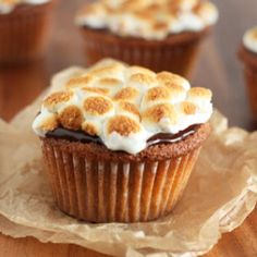 This is the best two-in-one sweet treat. These Easy S'mores Cupcakes have the yummy taste of a s'more and the deliciousness of a cupcake. The marshmallows that are topped on the cupcake are cooked to golden perfection. Cupcake Recipes, Cupcake Cakes, Dessert Recipes, Cup Cakes, Breakfast Recipes, Just Desserts, Delicious Desserts, Yummy Food, Yummy Treats