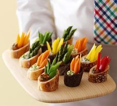 Fancy appetizers Presentation - Appetizer in 5 Min Veggie Dip in Baguette Rounds Easy Recipes ediva info Snacks Für Party, Appetizers For Party, Elegant Appetizers, Shot Glass Appetizers, Sushi Party, Easter Appetizers, Party Desserts, Appetizer Dips, Appetizer Recipes