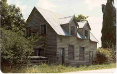 Fascination for abandoned houses Old Abandoned Houses, Abandoned Buildings, Abandoned Places, Old Houses, Wooden Houses, Old Home Remodel, Spooky Places, Unusual Homes, Old Buildings