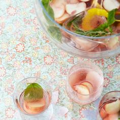 Pfirsichbowle Rezept - [LIVING AT HOME] Cocktails, Party Drinks, Fun Drinks, Non Alcoholic, Tapas, Food And Drink, Yummy Food, Ethnic Recipes, Cheers