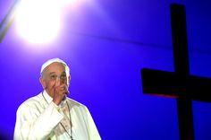 El papa Francisco en la playa de Copacabana, donde miles de jóvenes de los cinco continentes se reunieron para darle la bienvenida oficial a la XXVIII Jornada Mundial de la Juventud. (EFE)