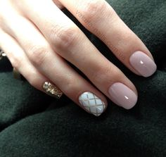 Opting for bright colours or intricate nail art isn't a must anymore. This year, nude nail designs are becoming a trend. Here are some nude nail designs. Nail Design Stiletto, Nail Design Glitter, White Nails, Pink Nails, Shellac Nails, Nail Polish, Gold Manicure, Manicures, Mani Pedi