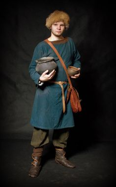 West Slavs in Archaeology Viking Garb, Viking Reenactment, Viking Men, Viking Dress, Viking Costume, Medieval Costume, Celtic Clothing, Armor Clothing, Medieval Clothing