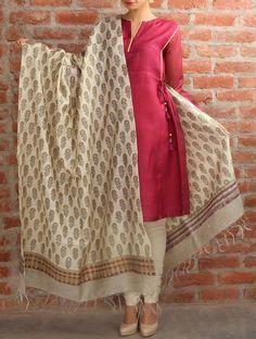 Phool Buta Tussar Silk Dupatta Inspired Trinket Indian Attire, Indian Wear, Indian Dresses, Indian Outfits, Churidar Designs, Indian Designer Suits, Desi Wear, Silk Dupatta, Saree Dress