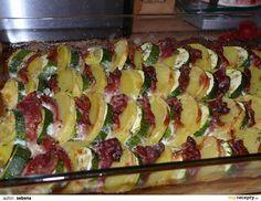 Cuketu a oloupané brambory nakrájíme na kolečka, slaninu rozkrojíme na velikost cukety a brambor.Skládáme střídavě do pekáče, osolíme opepříme,... Zucchini, Sushi, Good Food, Food And Drink, Cooking Recipes, Dinner, Vegetables, Breakfast, Ethnic Recipes