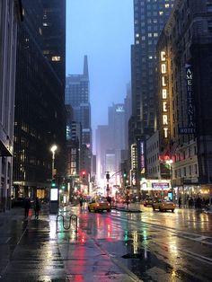 [OC] New York City, Broadway in the sleet New York Life, Nyc Life, City Aesthetic, Travel Aesthetic, Photographie New York, City Rain, Rainy City, Foto Gif, City Vibe