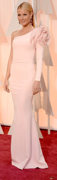 Gwyneth Paltrow opted for a one-shouldered custom dress by Ralph & Russo Couture, completing her look with jaw-dropping pink jewel earrings and Charlotte Olympia heels on the Oscars 2015 Red Carpet. Gwyneth Paltrow, Vestidos Oscar, Oscar Verleihung, Vestidos Fashion, Ralph & Russo, Oscar Dresses, Oscar Gowns, Nice Dresses, Formal Dresses