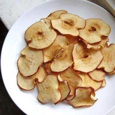Chips de Maçã Corte fatias finíssimas de maçã. Deixe-as secar um pouco sobre um pano. Forre um tabuleiro com uma folha alumínio ou papel manteiga/vegetal e nele coloque as fatias de maçã, umas ao lado das outras. Leve-as ao Forno a 200ºC por 15-20minuos. Desligue o forno e não o abra, deixando as maçãs secarem algumas horas. Quando estiverem secas e ligeiramente crocantes.
