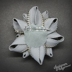 Zipper Brooch Light Grey with silver teeth par designerplayground