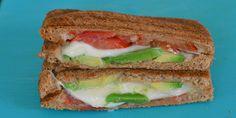 Sprød toast med avocado, tomat og mozzarella - det er bare en sindssygt god kombination.