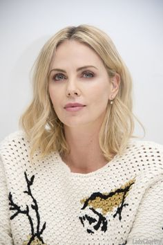 Charlize Theron Looks Totally Different with Baby Bangs - Celebrities Female Short Hair Styles For Round Faces, Hairstyles For Round Faces, Short Hair Cuts, Short Hairstyles, Charlize Theron Style, Charlize Theron Oscars, Blake Lively, Haircut Designs, Atomic Blonde
