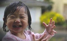Dážď+je+jednou+z+foriem+počasia,+ktorú+ľudia+nemajú+veľmi+v+láske,+hlavne+ak+ich+zastihne+nepripravených+a+nemajú+po+ruke+dáždnik.+Malé+deti,+ktoré+ho+vidia+po+prvýkrát,+by+ale+nesúhlasili.